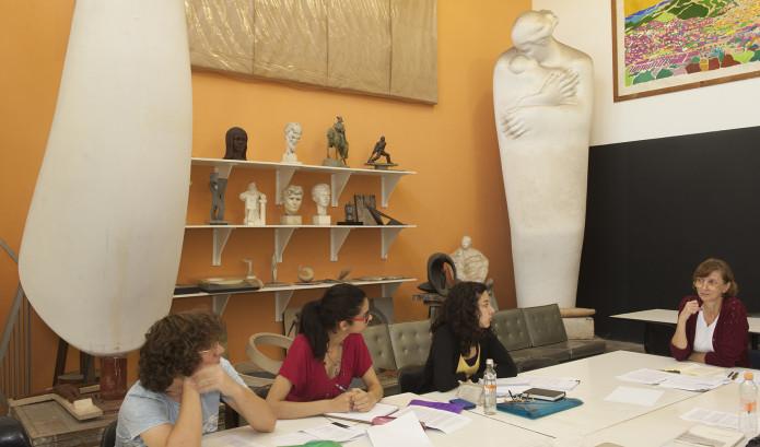 Foto da Profa. Dra. Vera Palllamin com alunos no Atelier de Escultura Caetano Fraccaroli
